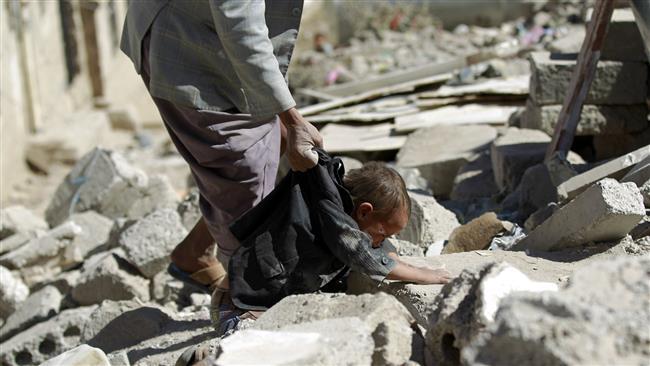 Seorang pria Yaman meraih anak dengan pakaiannya saat ia mencari korban selamat di bawah puing-puing dari rumah yang hancur dalam serangan udara Arab semalam di daerah perumahan di ibukota Yaman, Sana'a, 1 Mei 2015. (© AFP)