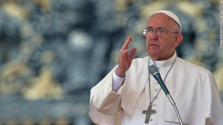 """Paus Francis telah mencela perdagangan senjata sebagai """"industri kematian."""""""