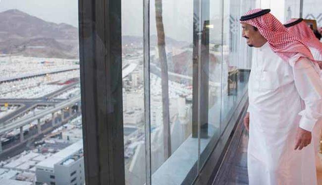 پادشاه عربستان در حال بازدید از روند فعالیت پرسنل حج در منا