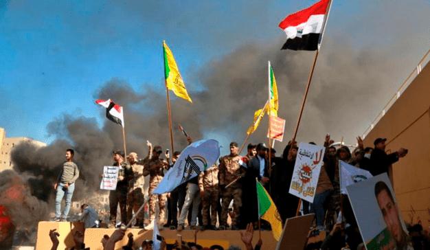 Hari Kedua Protes, Pendemo Terus Lempar Batu ke Kedubes AS di Irak
