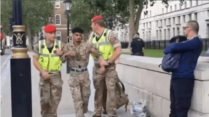 Tentara Inggris Keturunan Yaman Protes Penjualan Senjata negaranya ke Saudi